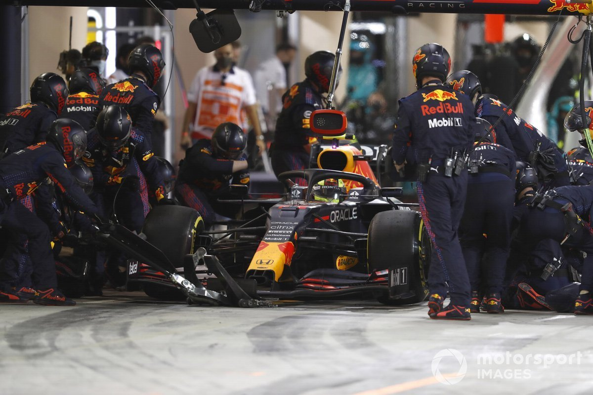 Sergio Perez, Red Bull Racing RB16B, paused